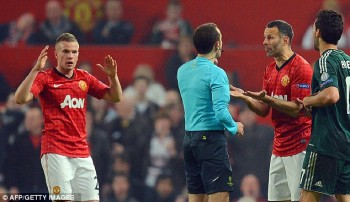 Giggs with Turkish ref v Madrid